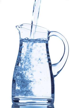 distilled water: verter agua en una jarra, foto s�mbolo para el agua potable, refrescos, suministros y consumibles Foto de archivo