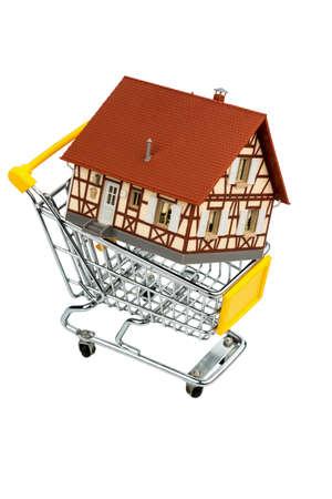 single familiy: casa de entramado de madera en el icono del carrito de fotos para la adquisici�n de vivienda, la financiaci�n, los costes Foto de archivo