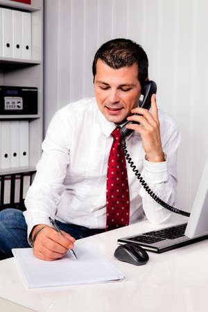 feldolgozás: fiatal üzletember hivatalban telefonnal Stock fotó