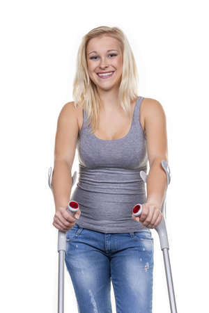 pierna rota: una mujer joven con muletas