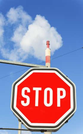 ózon: kémény egy ipari cég és stoptábla szimbolikus fotó környezetvédelem és az ózon