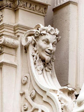 Skulpturen an der Fassade eines alten Gebäudes in Wien