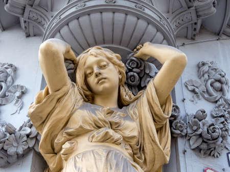statics: sculpture at the villa