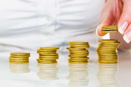 une femme piles des pièces de monnaie
