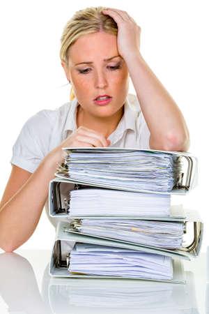 junge Frau im B�ro ist mit Arbeit Burnout in Arbeit oder Studium �berfordert