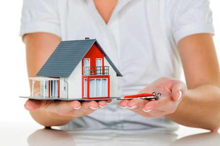 single familiy: un corredor de bienes ra�ces con una casa y un leasing �xito clave y propiedades en venta por parte de agentes de bienes ra�ces