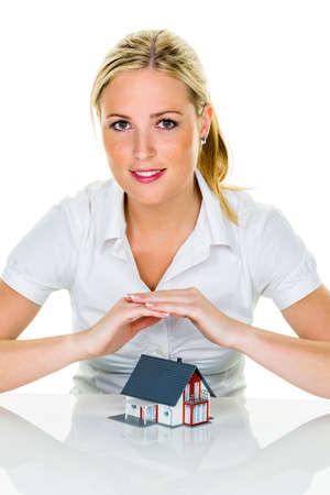 agente comercial: una mujer que protege su casa y el hogar bueno y de buena reputación calma financiamiento del seguro