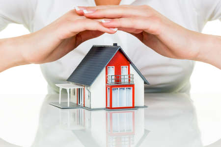 Eine Frau schützt Ihr Haus und Hof Standard-Bild - 20771264
