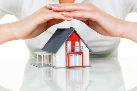 seguros: una mujer que protege su casa y el hogar Foto de archivo
