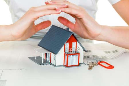 uso domestico: una donna che protegge la tua casa e la casa Archivio Fotografico
