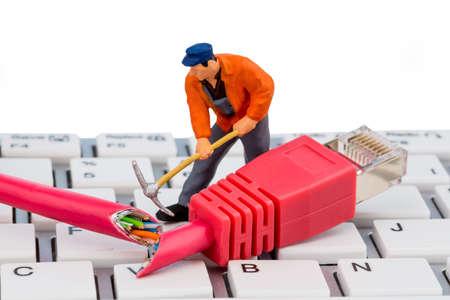 bevoelen: een werknemer herstelt een netwerkkabel