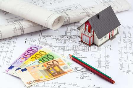 single familiy: billetes de banco de moneda de euros acostado en un plan de la casa