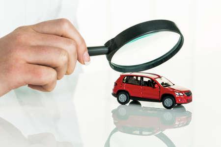 auto wordt gecontroleerd door een arts kosten voor onderhoud en reparatie Stockfoto