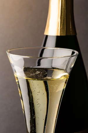 champagne fles met een glas champagne