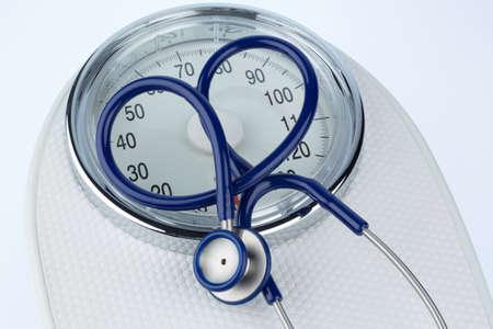 Stethoskop und Waagensymbol Foto für Gewicht, Ernährung und Herzerkrankungen
