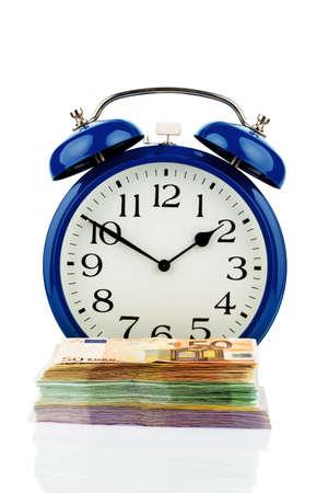remuneraci�n: reloj y los billetes, foto simb�lica de los costes salariales, los costos de mano de obra, tiempo de trabajo
