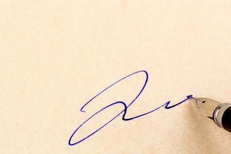 testament schreiben: ein Vertrag oder Dokument ist von Hand mit einem Füllfederhalter unterzeichnet. Lizenzfreie Bilder