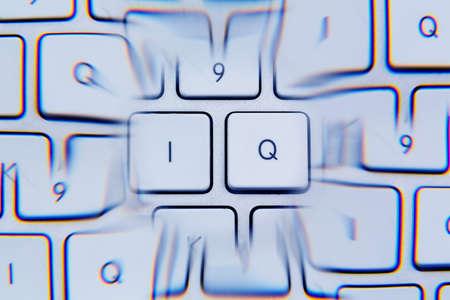 """perceptive: la lettere """"iq"""" come simbolo foto per quoziente di intelligenza."""