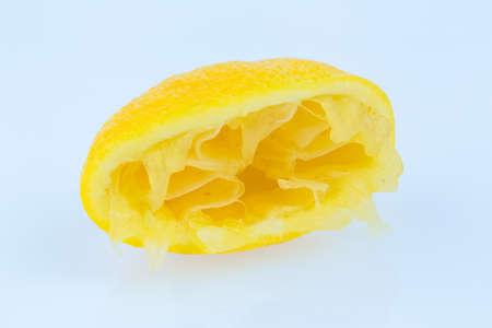 squeezed: de un lim�n exprimido sobre un fondo blanco. foto simb�lica de impuestos, derechos,