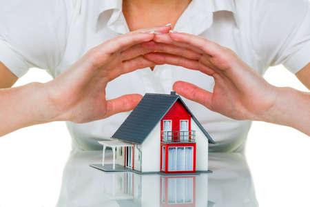 eine Frau sch�tzt Ihr Haus und Heim. gute und seri�se Versicherung Finanzierung Ruhe.