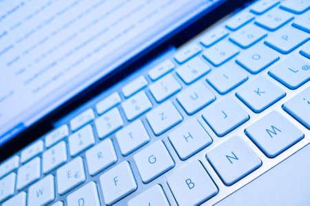 edv: la tastiera di un computer di fronte uno schermo. computer e internet