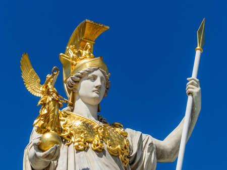 """diosa griega: el Parlamento de Viena, Austria. con la estatua de """"Palas Atenea"""" de la diosa griega de la sabiduría."""