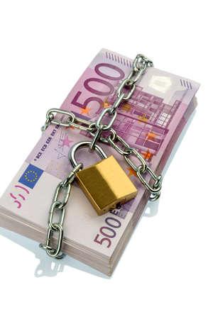 banconote euro: banconote in euro con catena e lucchetto. photo simbolico per la sicurezza e l'inflazione. Archivio Fotografico