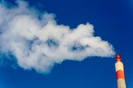ózon: kémény egy ipari cég, amely jelentős füstöt. Szimbolikus fotó környezetvédelem és az ózon.