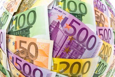 clavados: muchos diferentes billetes de euro. Foto simbólica para la riqueza y la inversión Foto de archivo