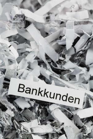 sigilo: papel picado marcados com os clientes dos bancos, s