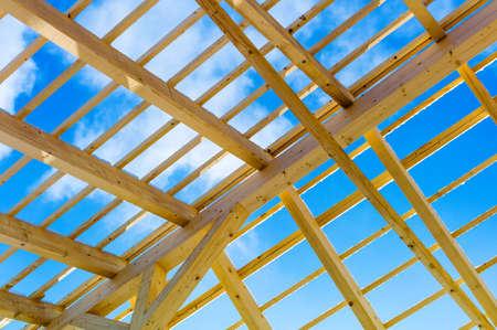 andamios: construcción de techos de madera, foto simbólico para el hogar, la construcción de viviendas y financiamiento de vivienda Foto de archivo