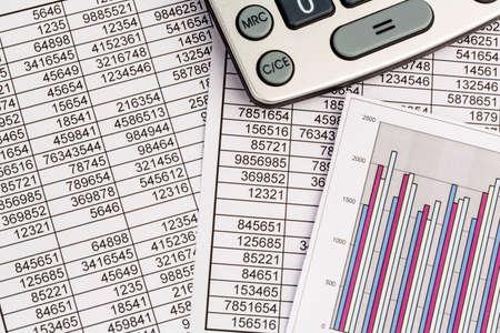Une calculatrice est sur un bilan chiffres sont des statistiques. photo icône pour les ventes, les bénéfices et les coûts. Banque d'images - 24002528
