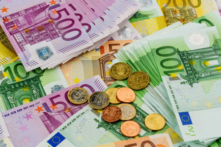 billets euros: de nombreuses différentes factures en euros. photo symbolique de la richesse et des investissements.