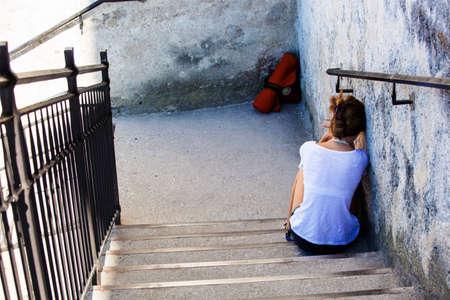 Frau auf einer Treppe, Symbol Foto f�r Einsamkeit, Depression, Traurigkeit sitzen