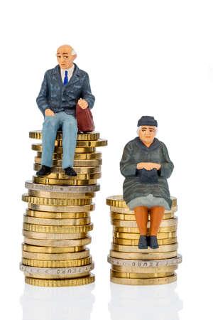 Rentner und Rentner sitzen auf Geld-Stack, Symbol Foto f�r den Ruhestand und Ungleichheit