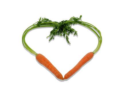 ein Herz aus biologisch angebauten Karotten. frisches Obst und Gemüse sind immer gesund. Symbolfoto für eine gesunde Ernährung.