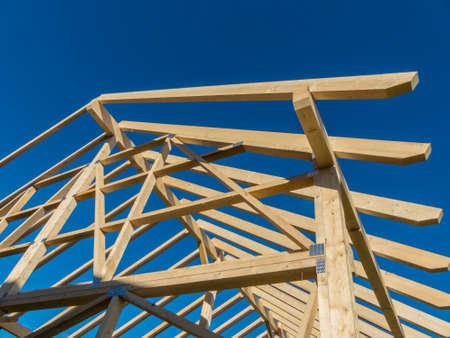 in einem Haus ein neues Dach auf einer Baustelle gebaut. Tr�ger Holzdach.