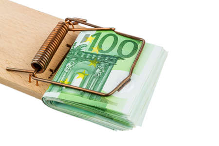 mousetrap: molte banconote in euro in una trappola per topi. photo simbolico per il debito e il debito con i prestiti.