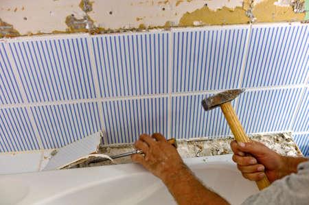 die Renovierung und Sanierung eines Badezimmers von einem Bauarbeiter