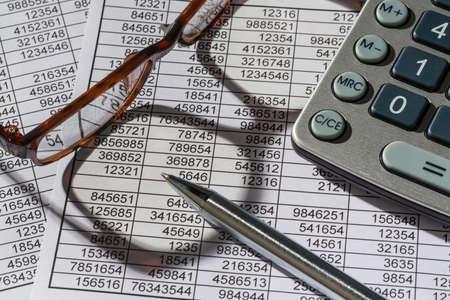 een rekenmachine, is een balans cijfers zijn de statistieken. foto icoon voor de omzet, winst en kosten.