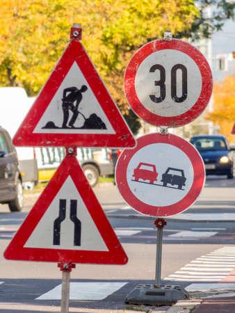 no pase: una obra de construcción de carreteras está protegido por varios signos. Foto de archivo