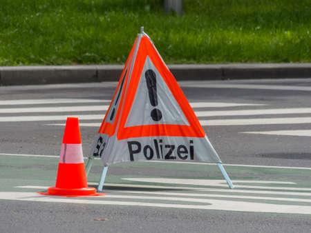 accident rate: una carretera est� bloqueada con una operaci�n policial.