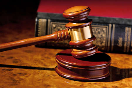 der Richter Hammer Richter vor Gericht. auf einem Schreibtisch befindet.