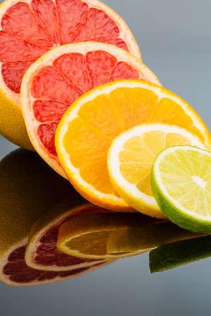 naranjas: rodajas de una naranja. foto simbólica de vitaminas saludables con frutas frescas