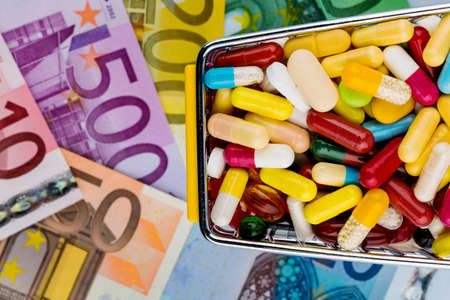 supplementary: tablets, shopping cart, euro bills, symbolic photo for pharmaceuticals, health insurance, health care costs Stock Photo