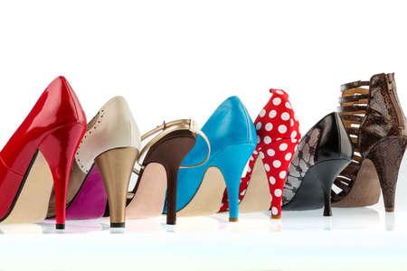 tienda de zapatos: zapatos de colores diferentes con hiohen párrafos. aislado en fondo blanco Foto de archivo