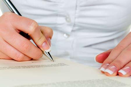 testament schreiben: Hand mit Füllfederhalter Vertragsunterzeichnung. unterzeichnen Frau während