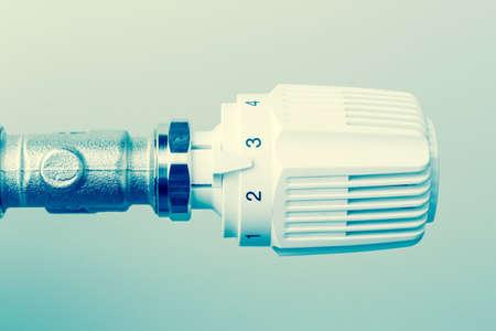 ordenanza: el termostato de un radiador se volvió ligeramente hacia arriba. temperatura ambiente baja reduce los costos de calefacción