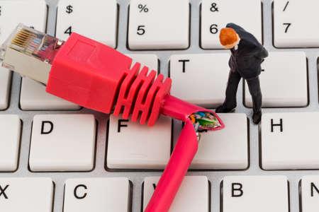 edv: lavoratori, connettore di rete, tastiera, simbolo foto per la mancata internet, manutenzione, problem solving,