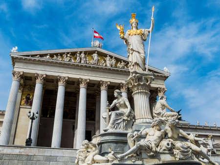 """deesse grecque: le parlement � Vienne, Autriche. avec la statue de """"Pallas"""" la d�esse grecque de la sagesse."""